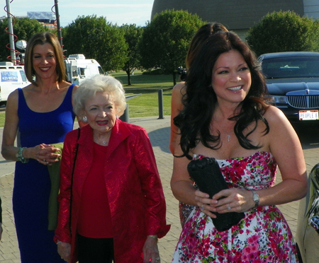Hot in Cleveland - Wendy Mailck, Betty White and Valerie Bertinelli