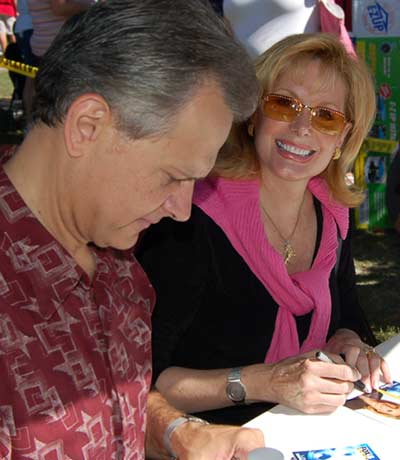 Co-anchors Lou Maglio and Wilma Smith signing autographs